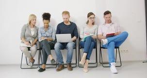 Kollegen, die Anmerkungen machen und Ideen teilen