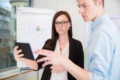 Kollegen, die digitale Tablette im Büro verwenden stockfoto
