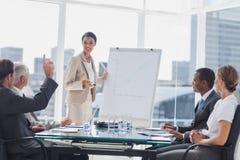 Kollegen, die eine Frage zu einer Geschäftsfrau stellen Stockfoto