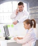 Kollegen, die im modularen Büro arbeiten Stockfoto