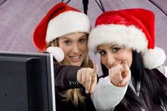 Kollegen, die Weihnachtshut und -c$zeigen tragen Lizenzfreies Stockfoto