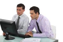 Kollegen, die zusammenarbeiten Lizenzfreie Stockfotos