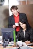Kollegen in einem Arbeitsprozeß Lizenzfreie Stockbilder