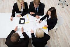 Kollegen in einem Geschäftstreffen lizenzfreies stockfoto