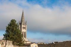 Kollegiala kyrkliga Eglise Collegiale av Saint Emilion, Frankrike som tas under eftermiddagen som omges av den medeltida delen av arkivbild