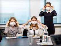 Kollegor blev sjuk med viruset och bar maskeringar Royaltyfri Fotografi