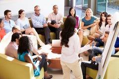 Kollegor för affärskvinnaMaking Presentation To kontor Royaltyfri Fotografi