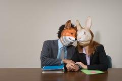 Kollegor som bär maskeringar Arkivbild