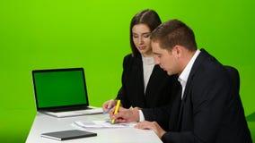 Kollegor som diskuterar funktionsdugliga ögonblick i kontoret grön skärm arkivfilmer