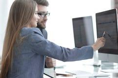 Kollegor som diskuterar information på en dator arkivbild