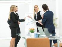 Kollegor som frågar en fråga till en affärskvinna under en gåva arkivbilder