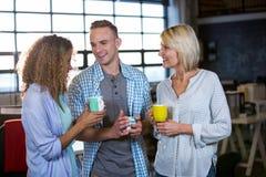 Kollegor som har kaffe i regeringsställning royaltyfri bild