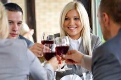 Kollegor som har lunch i restaurang Arkivbilder