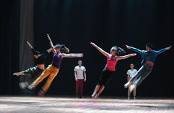 Kollektiv hopp-till kommet till denmoderna dansen Royaltyfri Foto