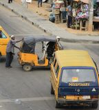 Kollektivtrafik Danfo och Keke i Lagos Royaltyfri Fotografi