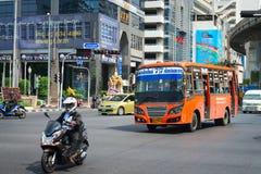 Kollektivtrafikbuss och moped på Bangkok treet Royaltyfria Bilder
