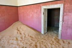 Kolmanskop i Namibia Arkivbilder