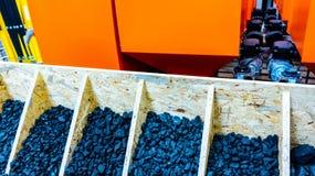 Kolmateriel E Högar av kol r fotografering för bildbyråer