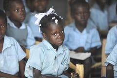 KOLMINY, HAITI: AM 12. FEBRUAR 2014 Schreiendes haitianisches Schulmädchen Stockbild
