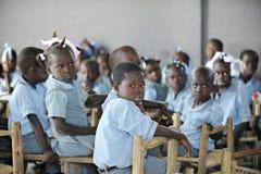 KOLMINY HAITI - FEBRUARI 12, 2014: En grupp av grundskolabarn Royaltyfri Fotografi