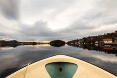 Kolnes在挪威- januray 10日2018年:从驾驶在水中的一艘小汽艇的前面看法在海湾 库存图片