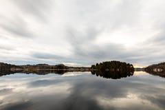 Kolnes в Норвегии: Взгляд фьорда Forresfjorden в небе норвежского западного побережья красивом и голубом свете Стоковые Фотографии RF