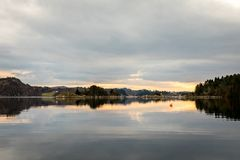 Kolnes в Норвегии: Взгляд фьорда Forresfjorden в небе норвежского западного побережья красивом и голубом свете Стоковое фото RF