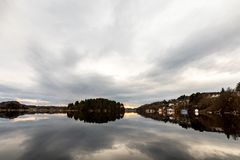 Kolnes en Noruega: Vista del fiordo Forresfjorden en el cielo hermoso de la costa oeste noruega y la luz azul Fotos de archivo libres de regalías