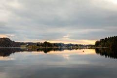 Kolnes en Noruega: Vista del fiordo Forresfjorden en el cielo hermoso de la costa oeste noruega y la luz azul Foto de archivo libre de regalías