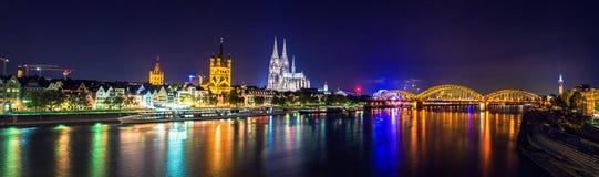 Kolońska katedra i most nocy sceny panorama zdjęcie royalty free