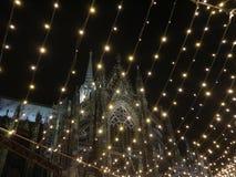 Kolońska katedra podczas Bożenarodzeniowego świętowania obraz stock