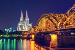 Kolońska katedry i mosta nocy scena zdjęcia royalty free
