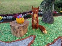 Kolobok狐狸风景花卉设计童话 库存照片