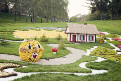 Kolobok花雕塑–花展在乌克兰, 2012年 库存图片