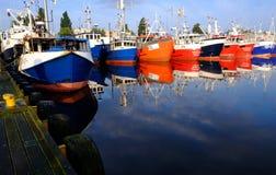Kolobrzeg,波兰 五颜六色的渔船在海港被停泊 免版税库存照片