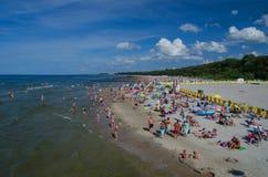 KOLOBRZEG -放松在晴朗的海海滩 免版税库存图片