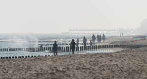 Kolobrzeg, Pologne 28 Juli 2018 Matin brumeux sur l'évident polonais de plage brouillé deux femmes pratiquant la marche de nordic photos stock