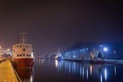 Kolobrzeg, Polska - 03 05 2016: Statek na rzece przy nocą obrazy royalty free