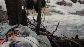 ?kologische Katastrophe organischer und Plastikdes abfalls im Fr?hjahr Wald Der Fortschritt der Zivilisation, menschliche Aktivit stock video footage
