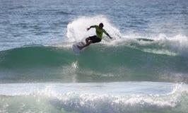 Kolohe Andino que practica surf la playa de hombres Foto de archivo