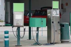 Kolom bij een benzinestation voor het van brandstof voorzien stock foto