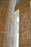 Kolom binnen de tempel van Medinat Habu Stock Foto's