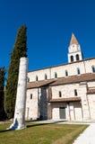 Kolom en kant van Aquileia-Basiliek stock afbeeldingen