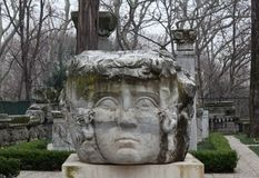 Kolom met het hoofd van Kwalgorgon in een park in Istanboel, Turkije stock foto's