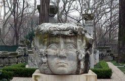 Kolom met het hoofd van Kwalgorgon in park in Istanboel, Turkije stock afbeelding