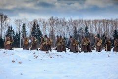 Kolom van de Rode gangen van de Legerinfanterie op de winterweg Royalty-vrije Stock Foto