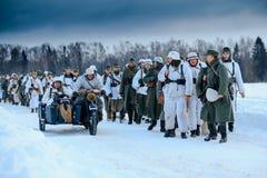 Kolom van de Wehrmacht-infanterie en de Duitse motorrijders Royalty-vrije Stock Foto