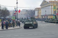 Kolom van gemotoriseerde kanonnen ` nona-S ` bij de militaire parade ter ere van Victory Day Stock Afbeelding