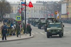 Kolom van voertuigen BM-21-1 met Grad-de systemen van de raketlanceerinrichting na de militaire parade ter ere van Victory Day royalty-vrije stock foto