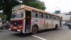 KOLOMBO, Cmentarniany złącze, ruchu drogowego chodzenie, autobus i inny pojazdów przechodzić, SRI LANKA, Borella -, zdjęcie wideo